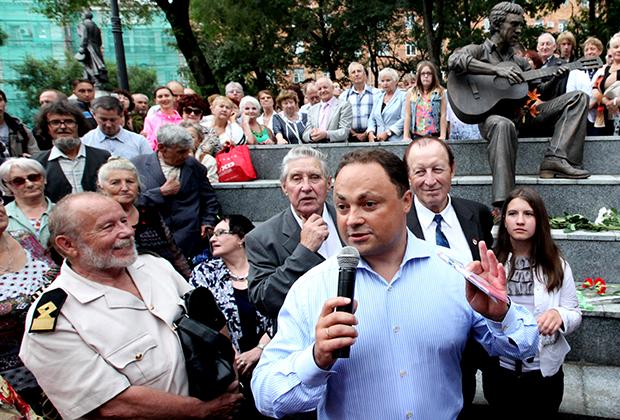 Мэр Владивостока Игорь Пушкарев (в центре на первом плане) выступает на открытии памятника Владимиру Высоцкому (2013)