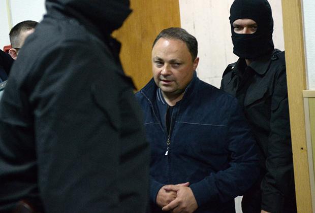 Мэр Владивостока Игорь Пушкарев, обвиняемый в превышении должностных полномочий, перед началом заседания Басманного суда  (2016)