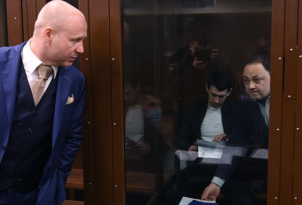 Бывший мэр Владивостока Игорь Пушкарев (справа), обвиняемый во взяточничестве, во время заседания в Тверском суде Москвы. Слева - адвокат Константин Третьяков (2019)