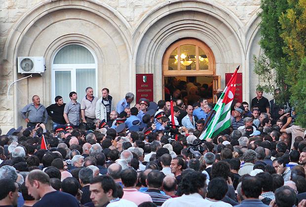 Сторонники оппозиции штурмуют здание администрации президента Абхазии Александра Анкваба, 2014 год