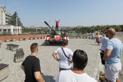 Фанаты футбольного клуба припарковали советский танк перед стадионом