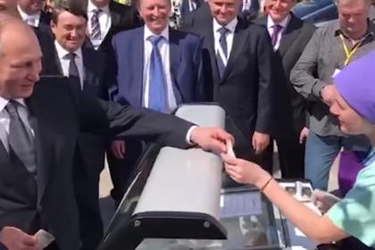 Путин дважды купил мороженое у одной и той же продавщицы