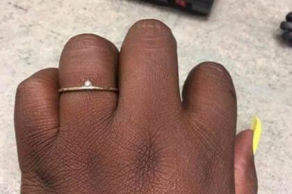 Невеста высмеяла своего жениха за подаренное ей позорное помолвочное кольцо