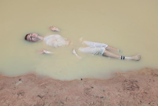 Художница описала этот снимок как поиск покоя в мутных водах. Он отразил впечатления AnaHell от города Кампот в Камбодже. Он буквально «затянул» девушку, и ей понравилось это чувство.  <br> <br> Фотография для художницы — способ создать мир, отдельный от того, в котором живем все мы. Но ее выдуманный нереальный мир основан на реальном — он служит домом виртуальным вселенным.