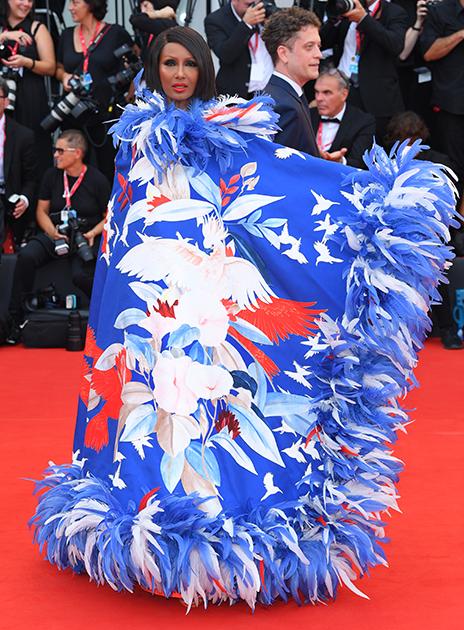 Вдова Дэвида Боуи, 64-летняя американская модель из Сомали Иман — владелица косметической фирмы Iman Cosmetics. С ней сотрудничали такие именитые дизайнеры, как Ив Сен-Лоран, Кельвин Кляйн и Джанни Версаче.