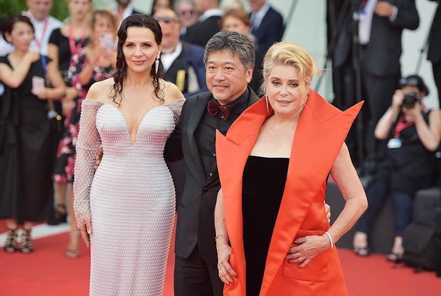 Японский режиссер Хирокадзу Корээда вместе со звездами своего фильма «Правда» Жюльет Бинош (слева) и Катрин Денев (справа). Картина Корээды стала лентой-открытием 76-го Венецианского кинофестиваля.