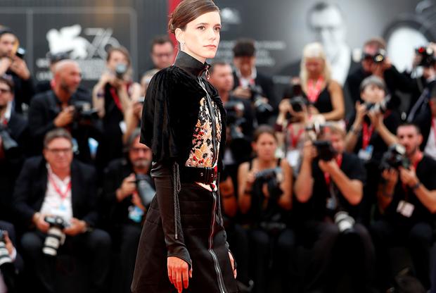 Французская актриса Стэйси Мартин в этом году стала членом жюри фестиваля. 28-летняя артистка известна по таким фильмам, как «Нимфоманка», «Молодой Годар» и «Вокс люкс».