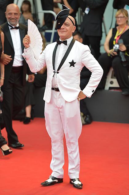 Принц Морис (настоящее имя Маурицио Агости), мастер церемоний ежегодного Венецианского карнавала, певец, актер и просто тусовщик, без которого не обходится ни одна элитная вечеринка в Венеции. Этот город родившийся под Миланом артист называет своим «приемным домом».