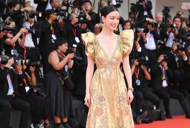 Китайская актриса Ни Ни, сыгравшая главную роль в военно-исторической драме Чжана Имоу «Цветы войны» с Кристианом Бейлом. 31-летняя артистка также известна по лентам «Врата воинов», «Внезапно снова семнадцать» и «Тысяча лиц Дуньцзя».