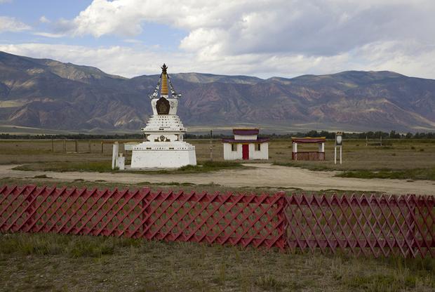 Буддийский субурган (ступа) «Дуптен-Шедуплин» близ села Суг-Аксы на западе Тувы построен в 2010 году. На заднем плане Алашское нагорье.