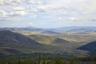 Вид с перевала Нолёвка в Саянах на Турано-Уюкскую котловину— первое, что видит путешественник, въезжающий в Туву по историческому Усинскому тракту. Саянские горы служат природным барьером, сохраняющим Туву в относительной изоляции.  <br><br> После того как в 2002 году в этом районе археологи совместной российско-немецкой экспедиции нашли захоронение скифского вождя VII века до нашей эры с тысячами золотых предметов, в туристических путеводителях котловину стали называть «Долиной Царей».  <br><br> В правой части кадра виден собственно Усинский тракт — автодорога «Енисей» Р257 (бывшая М-54). По сути это единственная транспортная артерия, связывающая Туву с остальной Россией (есть еще построенная в конце 1960-х вторая автодорога Абаза — Ак-Довурак, но она находится в плохом состоянии и используется мало).
