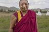 Монах Геше Дакпа Гъялтсен посещает монастырь Устуу-Хурээ близ города Чадан на западе Тувы. Он родился в Непале в 1968 году, с 2002-го живет в России, принял российское гражданство, возглавляет буддийский центр «Лобсум-Норбу-Чойцок» в Улан-Удэ.  <br><br> Построенный в 1908 году Устуу-Хурээ («Верхний монастырь») стал важным центром тувинского госстроительства: здесь в начале 1920-х годов шла работа над тувинским алфавитом и была отчеканена первая монета — акша. После государственного переворота, когда к власти в Туве при поддержке СССР пришли сталинисты (1929), монастырь был разрушен, монахи репрессированы. Устуу-Хурээ был возрожден в 2008 году при поддержке уроженца Чадана Сергея Шойгу.