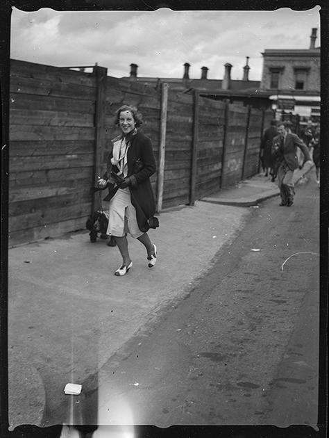 Девушка с кокер-спаниелем. Англия, 1939 год