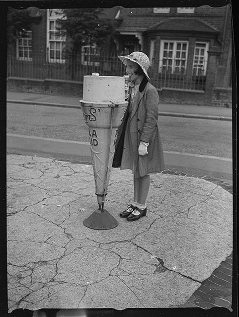 Угол улицы, где продается мороженое. Англия, 1939 год