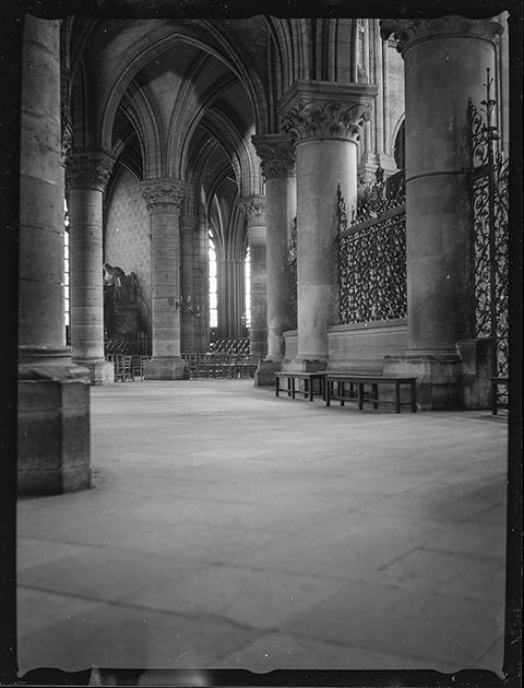 Собор Парижской Богоматери (Нотр-Дам де Пари). Вид внутри. Париж, Франция, 1939 год