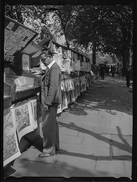Мужчина покупает книгу на набережной Сены. Париж, Франция, 1939 год