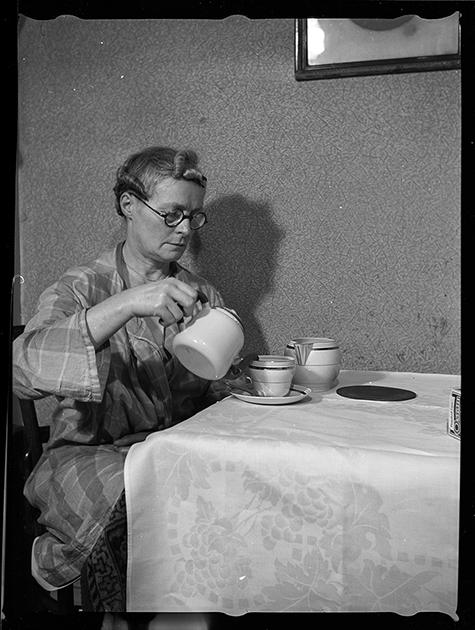 Пожилая женщина (вероятно, мать фотографа) за столом. Париж, Франция, 1939 год