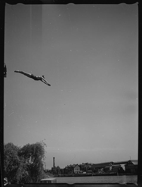 Ныряльщик в спортивном костюме. Париж, Франция, 1939 год
