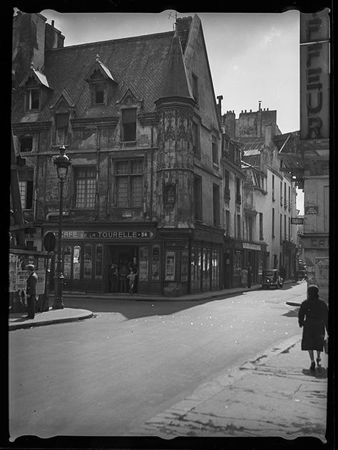 Квартал Маре, улица Вьей дю Тампль. Дом Жана Эруэ, казначея короля Людовика XII, построенный около 1510 года. Париж, Франция, 1939 год