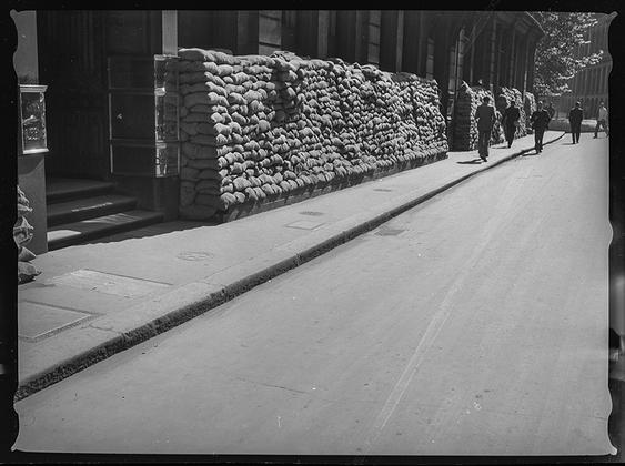 Большие окна и фасады зданий закрыли мешками с песком, чтобы защитить их от взрывной волны и осколков снарядов. Англия, сентябрь 1939 год
