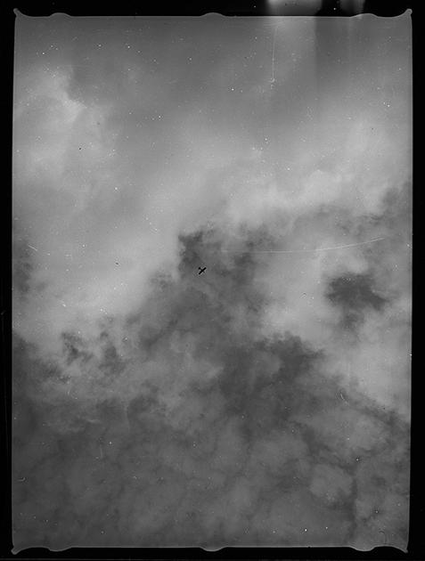 Самолет в небе. Англия, сентябрь 1939 год