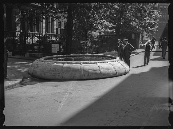 Пожарный резервуар с водой вдоль улицы. Англия, сентябрь 1939 год