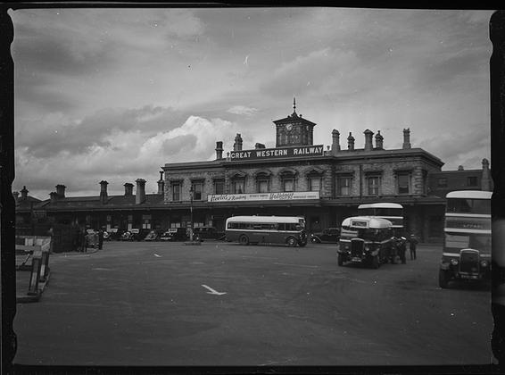 Здание станции Большой западной железной дороги. Лондон, Англия, 1939 год