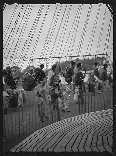 Люди на карусели. Англия, 1939 год