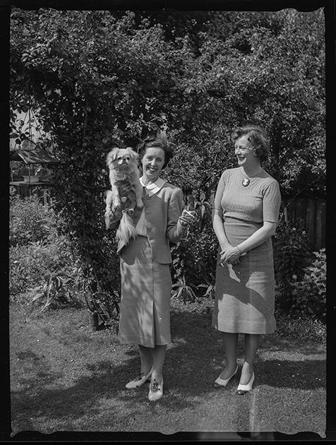 Родственники фотографа в саду. Париж, Франция, 1939 год