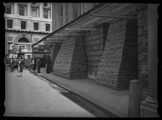 Витрины, закрытые мешками с песком. Англия, сентябрь 1939 год