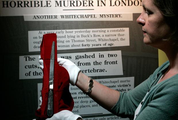 Сотрудник музея показывает нож, которым, предположительно, пользовался Джек-потрошитель
