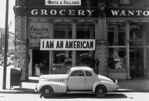 Эту вывеску владелец магазина повесил на следующий день после атаки на Перл-Харбор. Вскоре после этого его забрали в концентрационный лагерь.