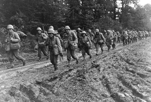 Солдаты 442-го полка возле города Шамбуа во Франции, 1944 год