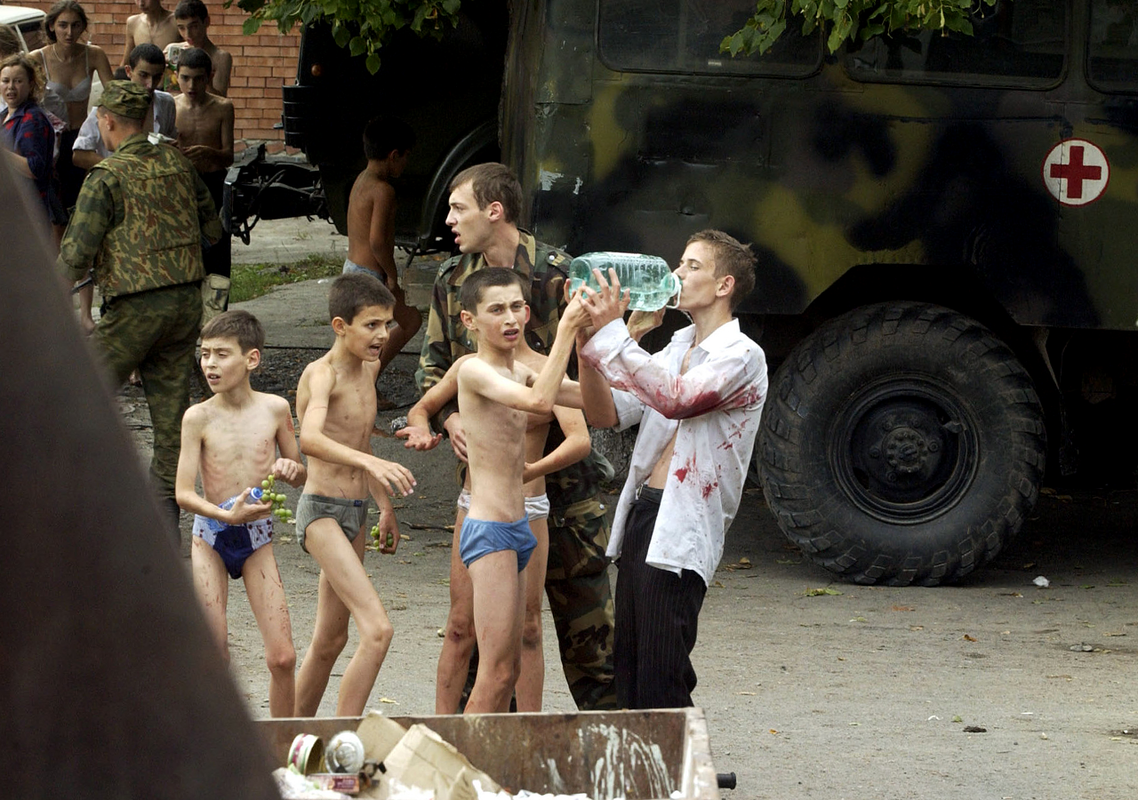 Спасенные заложники, пострадавшие во время теракта в Беслане.