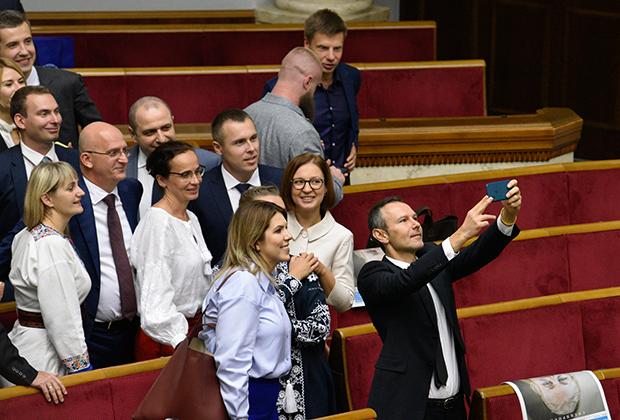 Святослав Вакарчук (справа) на открытии заседания девятого созыва Верховной Рады