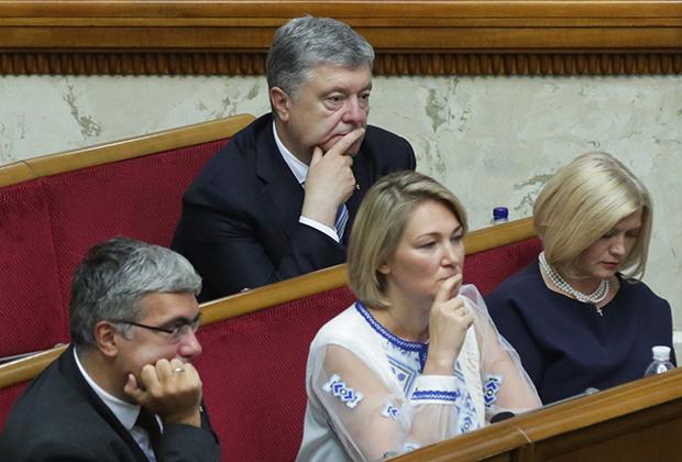 Бывший президент Украины Петр Порошенко (на заднем плане) на первом заседании девятого созыва Верховной Рады