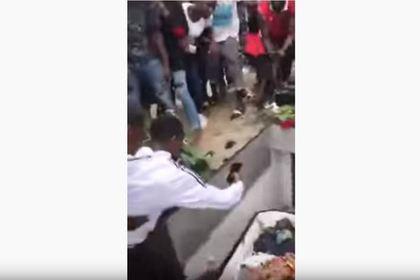 Фанаты заявились на похороны DJ Arafat, вскрыли гроб и раздели труп