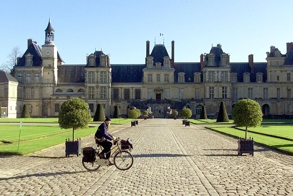 Большую часть своей жизни Наполеон провел в военных походах, а когда прибывал в Париж, то жил не в Версале, а в несколько более камерном Фонтенбло, расположенном в 55 километрах от Парижа