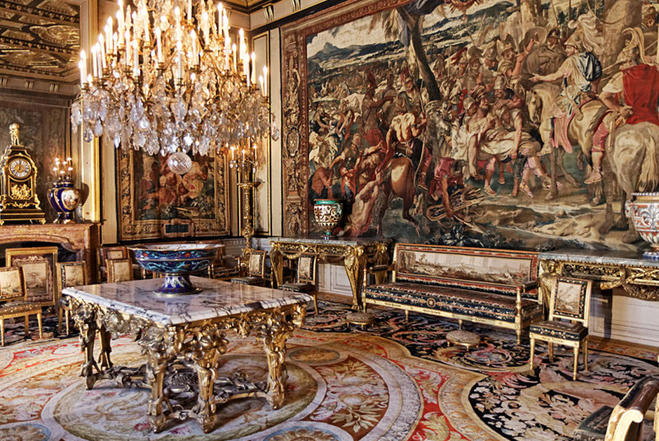 Несмотря на то что у Наполеона не было тяги к роскоши, как у многих его предшественников на французском троне, интерьеры Фонтенбло поражали современников богатством