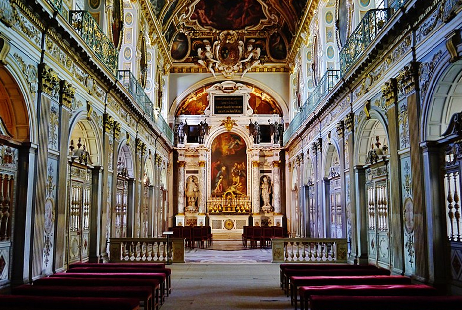Именно в капелле дворца Фонтенбло Наполеон крестил своего сына и племянника