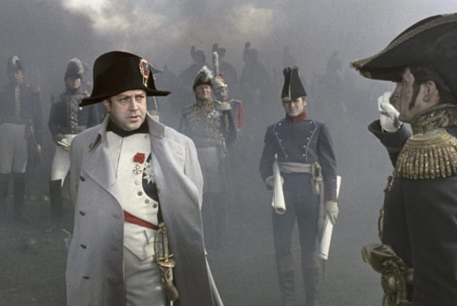 Даже став императором, Наполеон в военных походах продолжил носить военную форму, подчеркивая свою близость к солдатам. До этого французские монархи роскошно одевались даже в армии
