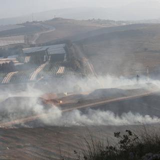 Дым от снарядов в ливанской деревне