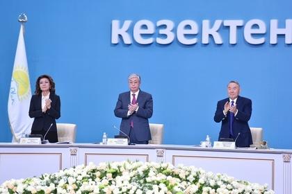 Экс-президент Казахстана Нурсултан Назарбаев (справа), президент Казахстана Касым-Жомарт Токаев и председатель парламента Казахстана Дарига Назарбаева