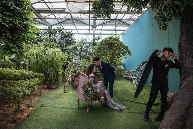 В отличие от России или Европы, где молодоженов фотографируют прямо во время свадьбы, в Китае свадебные фотографии принято делать задолго до самого бракосочетания.