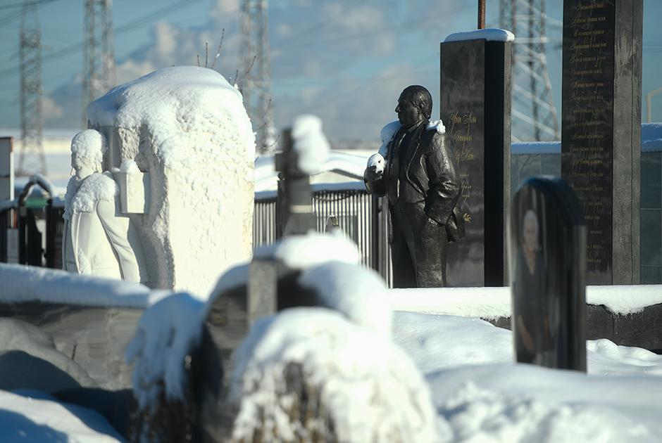 Памятник на могиле криминального авторитета Аслана Усояна (справа)