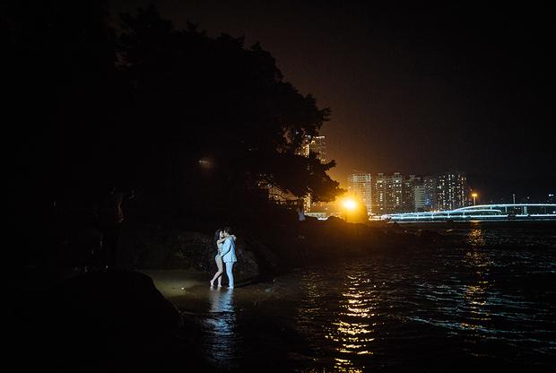 """Роскошные фотографии женихов и невест — прямое следствие расцвета китайской свадебной индустрии. В 2017 году ее размер оценивался в 1,46 триллиона юаней (13,6 триллиона рублей). ВВП России тогда <a href=""""https://lenta.ru/news/2018/06/04/gdp_up/"""" target=""""_blank"""">был</a> всего в семь раз выше."""