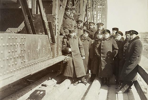 Инженеры-железнодорожники на строительстве моста через реку Обь в Новониколаевске (ныне Новосибирск). 1897 год