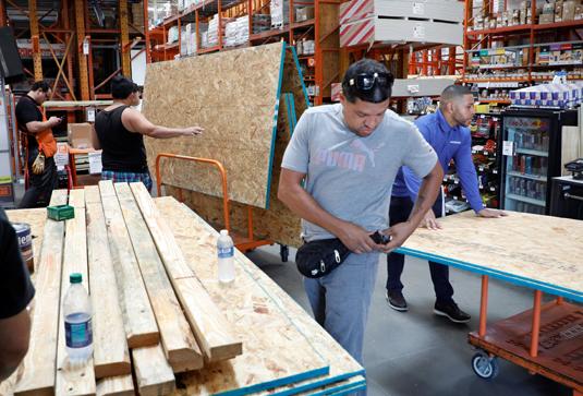 Жители Флориды закупают товары перед ураганом