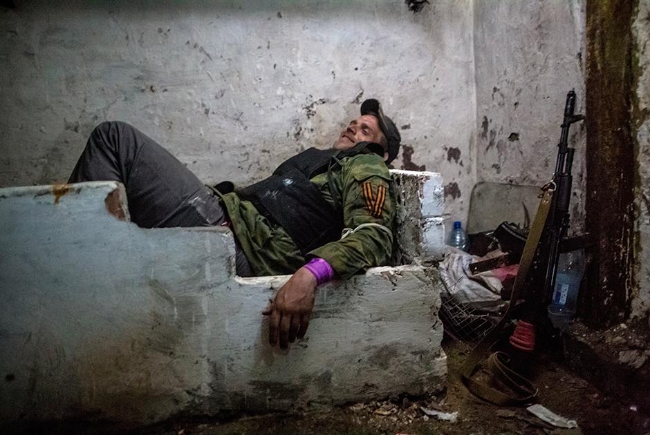 Ополченец в подвале в ожидании артобстрела в поселке Семеновка