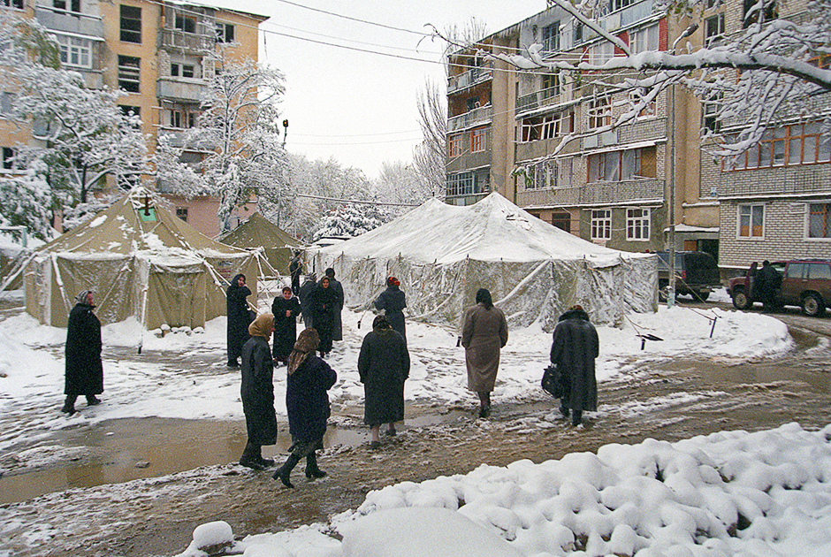 Палатки, в которых поселили жильцов взорванного дома. Ноябрь 1999 года